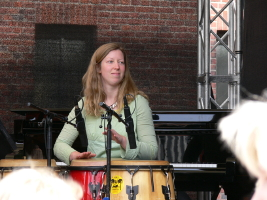 Christine Hermann an den Congas